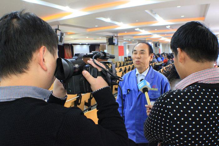 集团机加工厂老党员李大祥接受永康电视台采访-1.jpg