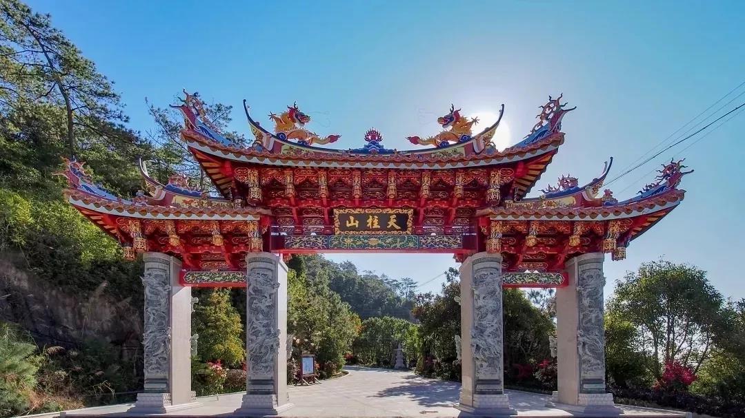 參佛旅游哪里好?天柱山萬佛殿游人如織,看看這里的神雕元素……