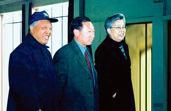 國務院副總理吳儀(右一)親切接見程育全,魯光先生(左一)原體育報總編、著名作家、畫家(2000