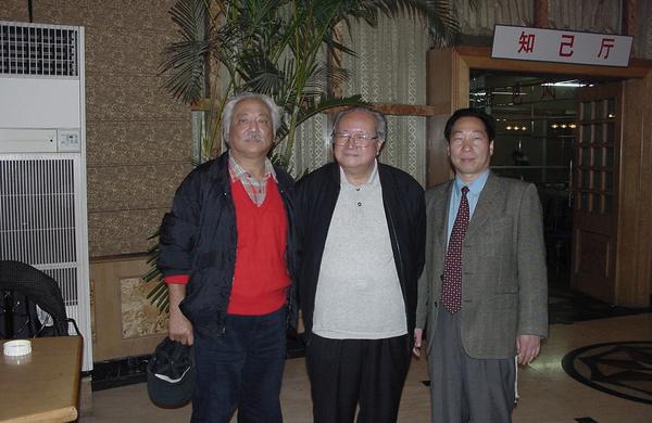 中國工藝美術學會雕塑專業委員會副會長、著名雕塑家錢紹武教授(中)與程育全合影
