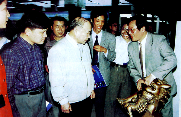 永康市委書記李強向浙江省委書記李澤民介紹神雕(1993