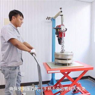 汽油锯手柄挂重实验