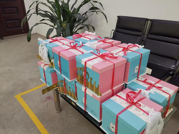 宇森公司为员工送生日蛋糕暖人心
