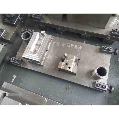 挂切冲孔模具-右置前安装支架-上模