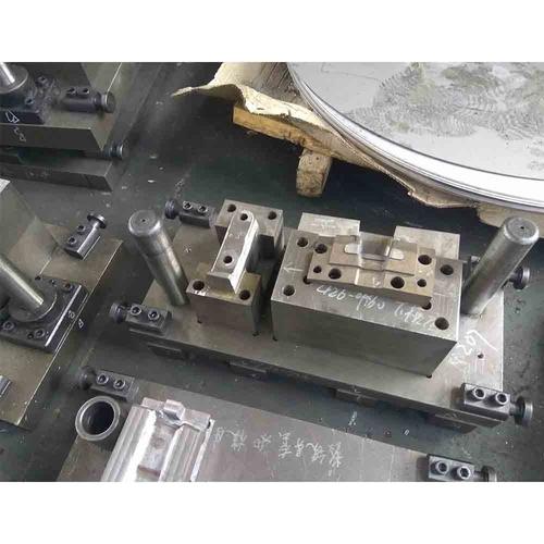挂切冲孔模具-右置前安装支架-下模