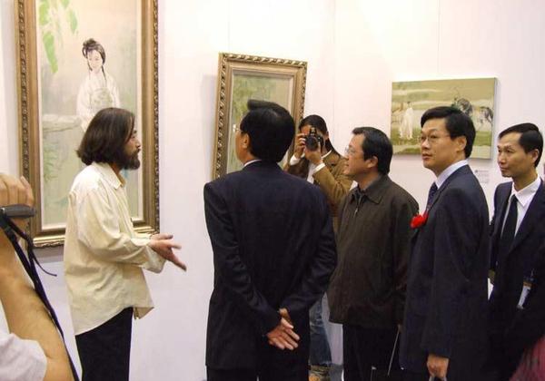 与冯远、中国文联委员和副主席、中国美术家协会副主席在进行艺术交流