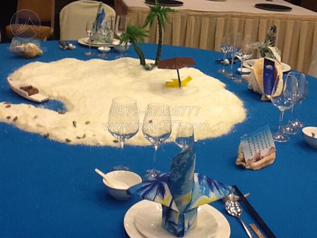 答:中餐宴会摆台无非就是通过主题,布草,台面,用选手的技能呈现给大家图片
