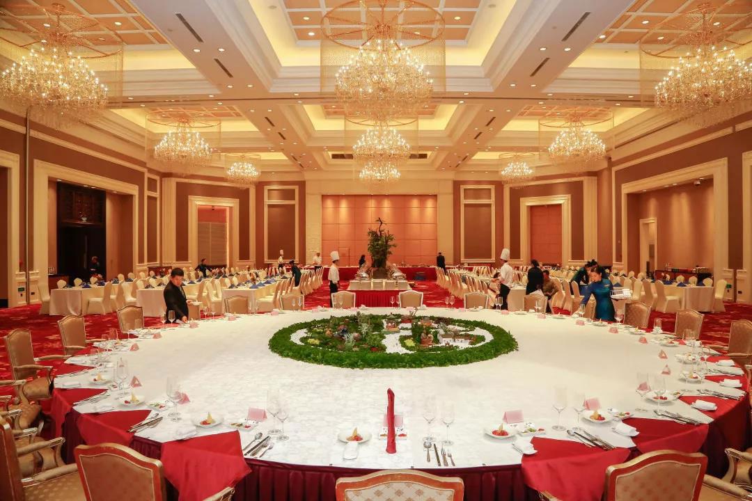 幸福湖中式超大圆桌宴、桌面上的艺术摆盘
