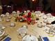 新闻联播里的习金会欢迎晚宴桌面布置,临时赶制的香槟金桌布幸好不辱使命