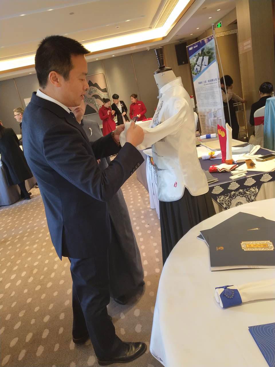 君澜集团郑坚刚总关注七星岛宴会礼服的文化与工艺