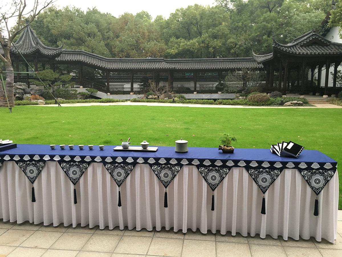 绍兴饭店后庭院桥廊草地青花瓷茶歇