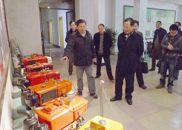 张伟亚在公司调研时指出提升品牌效应 做强农机工业.jpg