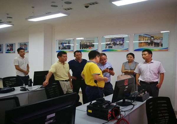 李勁松副市長前往市民游客中心推進扶貧信息化工作