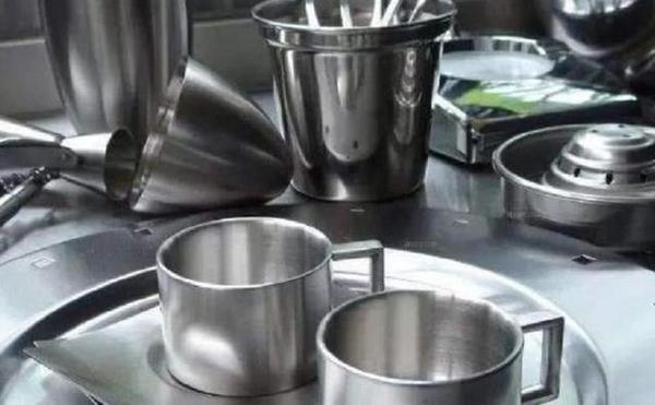 挑选餐具时,304钢和316钢哪个好?
