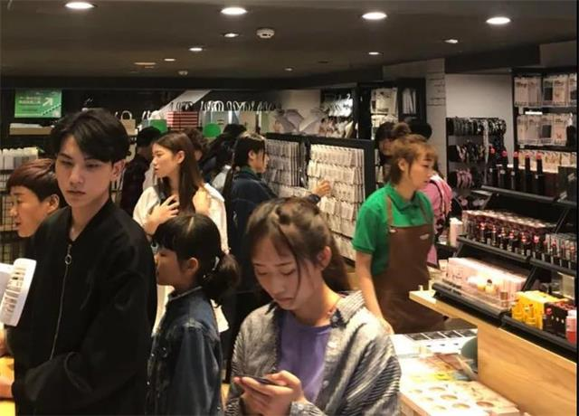 【YOYOSO韩尚优品】郑州万达店520用爱回馈顾客,活动业绩翻番!