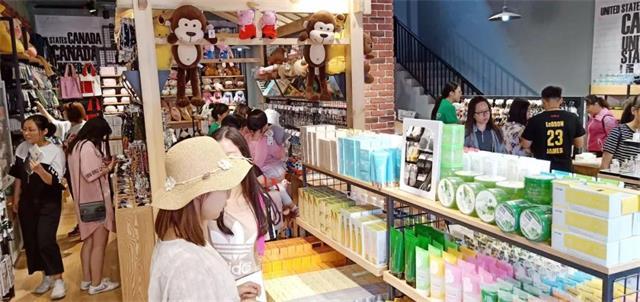 YOYOSO韩尚优品南京万达茂店顾客选购中