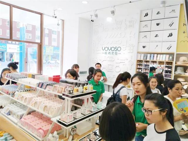 YOYOSO韩尚优品吉林东方广场店顾客选购中