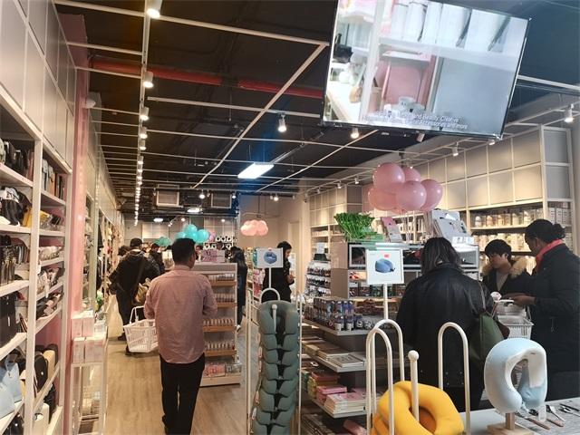 YOYOSO美國紐約新店店內消費者在購物